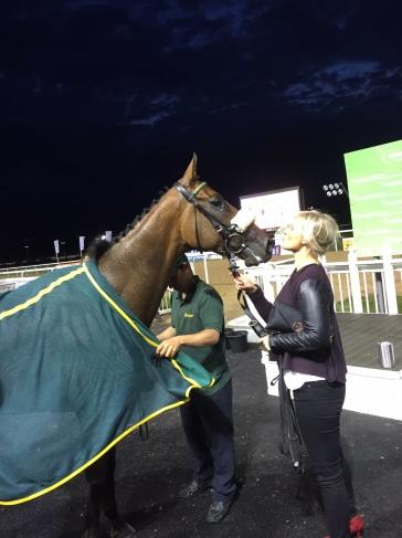 A kiss for winner Bold Henmie
