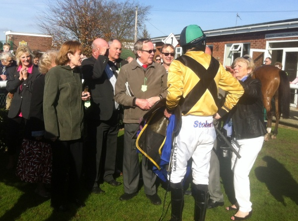 James talks to his Owners after the race, good to see the Ellwood colours back on the racecourse.